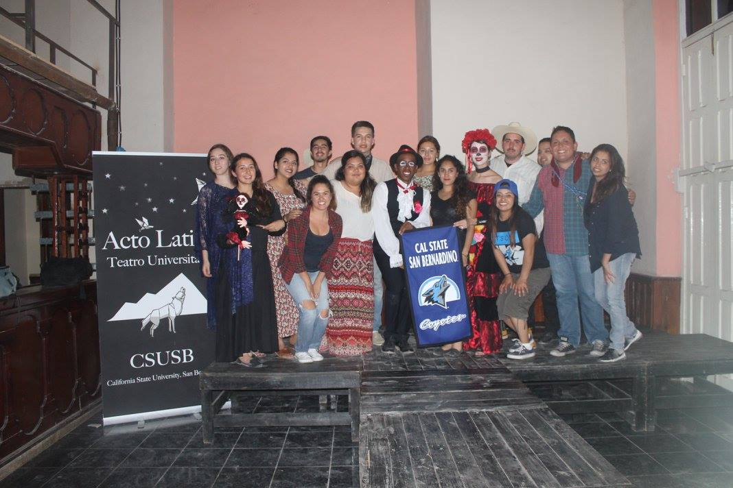 Group photo of club at Festival de Teatro in Cuba